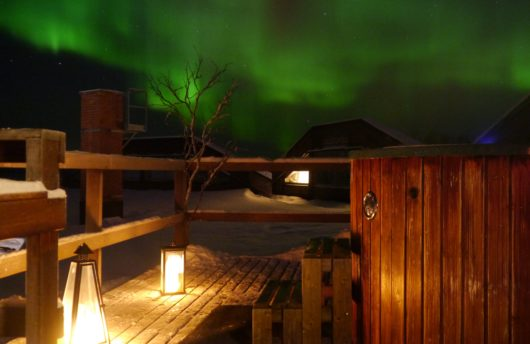mattarahkka lodge hot tub with northern lights